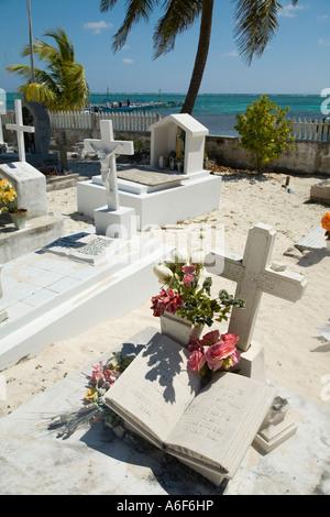BELIZE Ambergris Caye Grabsteine und Blumen in rosa Friedhof ...