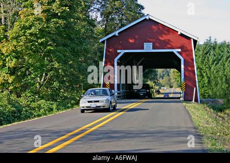 Auto am historischen Shimanek überdachte Brücke in der Nähe von Albany, Oregon - Stockfoto