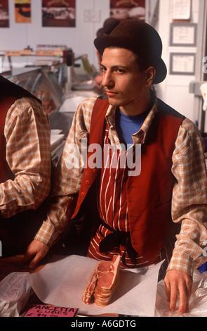 Bowler Speck Metzgerei: Junger Mann einwickeln in Scheiben Speck an italienische Spezialität Metzger stand, Borough - Stockfoto