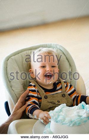 ein 1 jahr altes baby junge sitzt auf einem strand und spielen mit einem spielzeug stockfoto. Black Bedroom Furniture Sets. Home Design Ideas