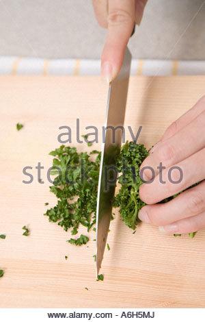 Frau schneiden Kraut - Stockfoto