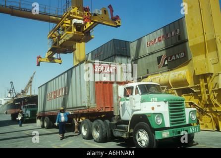 LKW-Entladung Container im Industriehafen Jebel Ali Dubai - Stockfoto