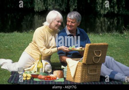 gerne älteres Paar mit Picknick in der Natur - Stockfoto