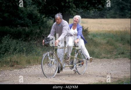 gerne älteres paar Tandem durch die englische Landschaft reiten - Stockfoto