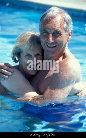 Porträt glücklich älteres paar umarmt im Freibad - Stockfoto