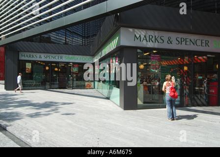 Morelondon Sanierung Website neben Fluß Themse Marks und Spencer Simply Food speichern - Stockfoto