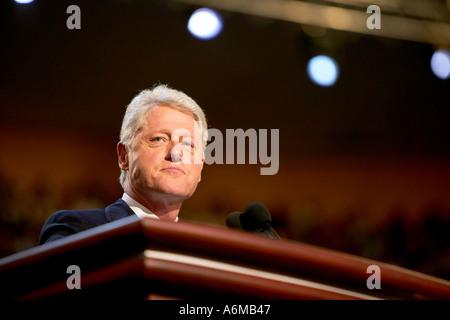 Democratic Convention 2004 in Boston Fleet Center Bill Clinton auf der Bühne bei der Democratic Convention 2004 - Stockfoto
