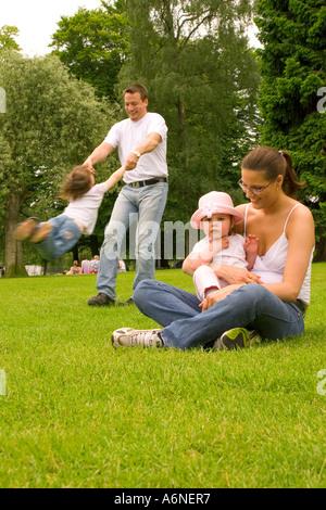Familie mit Kinder im Park spielen - Stockfoto