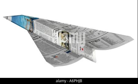 Eine Person wirft einen Papierflieger aus Zeitung gemacht - Stockfoto