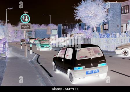 Verkehrsberuhigung misst unterwegs durch Wohnsiedlung manipuliert, um die Dunkelheit Angst vor negativen Einstellungen - Stockfoto