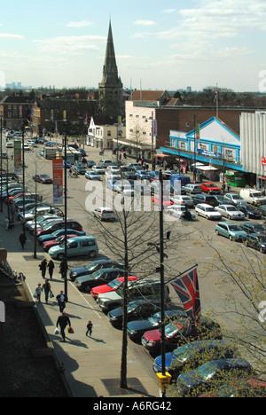 Romford Marktplatz auf ein nicht Markttag mit Nutzfläche für Shopper Rat laufen Parkplatz Hinweis Canary Wharf ragt - Stockfoto