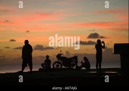 Tuvaluaner auf einem Steg bei Sonnenuntergang auf Funafuti - Stockfoto