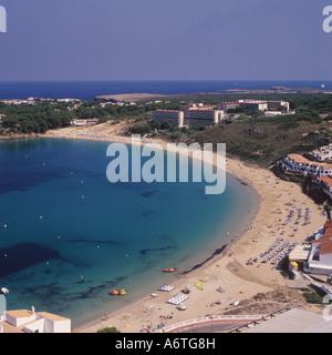 Luftbild - Strand Bucht Tretboote + Hotel + Landzunge auf der Suche nach Osten - Arenal d ' en Castell, Nord Küste - Stockfoto