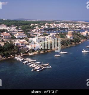 Luftbild - Küsten-Szene mit Ankern Freizeitbooten zwischen Port d'Addaia und Arenal d ' en Castell im Nord Osten - Stockfoto
