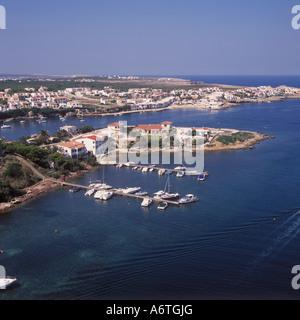 Luftbild - Küste Szene mit Urbanisierung und festgemachten Freizeitbooten zwischen Port d'Addaia und Arenal d ' - Stockfoto