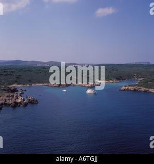 Luftbild - geschützten Liegeplatz mit Motoryacht und Segelyacht am Anker + abgeschiedene Buchten und Strände zwischen - Stockfoto