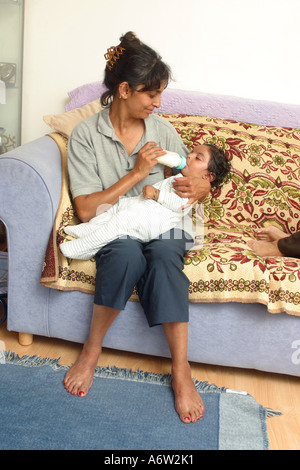 Mutter mit der Flasche füttern 18 Monate altes Baby boy - Stockfoto