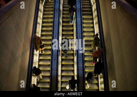 Menschen fahren die Rolltreppen in der Abenddämmerung an der Metrostation Dupont Circle in Washington, DC. - Stockfoto