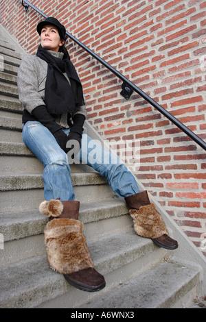 Frau auf der Treppe in Groningen in den Niederlanden im winter - Stockfoto