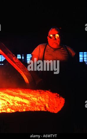 Kranführer, Vorbereitung, Gussteile in einer Gießerei Vermont Stahl zu gießen. - Stockfoto