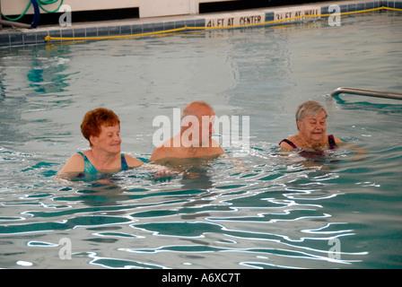Senioren trainieren in einem Schwimmbad zu Fuß eine festgelegte Anzahl von runden - Stockfoto