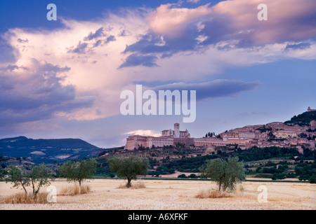 Italien Umbrien Assisi angesehen bei Sonnenuntergang - Stockfoto