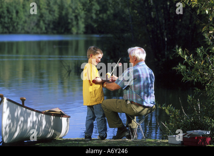 Großvater-Enkel Fisch am University Lake SC Alaska Sommer malerische w w o Kanu - Stockfoto