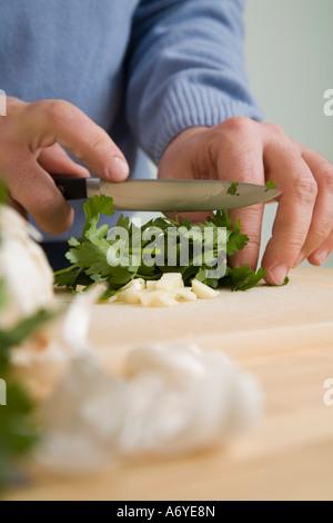 Ein Mann hacken Blattpetersilie - Stockfoto