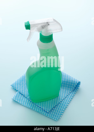 Reinigungsmittel mit Tuch auf blassen blauen Hintergrund - high-End Hasselblad 61mb digitales Bild - Stockfoto