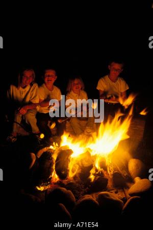 Vier Kinder Rösten Marshmallows nächtlichen Lagerfeuer - Stockfoto