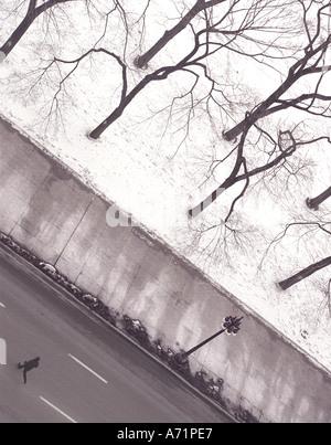 Mann läuft über Straße (Michigan Avenue) an einem winterlichen Tag in Chicago USA - Stockfoto