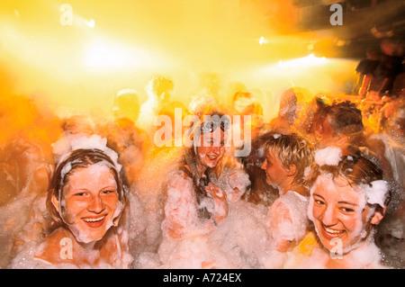 Jugendliche genießen eine Schaumparty - Stockfoto