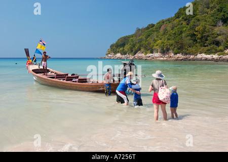 Touristen, die auf die Exkursion von Karon Noi Beach. Insel Phuket, Thailand. - Stockfoto