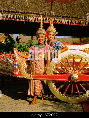 Thai Mädchen Tänzer in traditionellen Kostümen im Rosengarten in Bangkok Thailand - Stockfoto