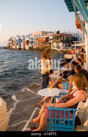 Blick auf Klein-Venedig-Bereich zeigt Restaurantgäste in Mykonos-Stadt Griechenland - Stockfoto