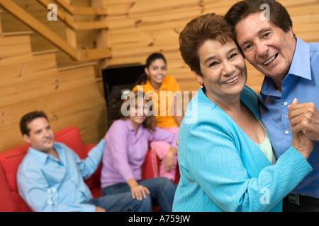 Paare tanzen im Wohnzimmer - Stockfoto