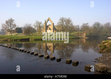 Trittsteine über dem Fluß Wharfe neben Bolton Abtei in den Yorkshire Dales. England. - Stockfoto