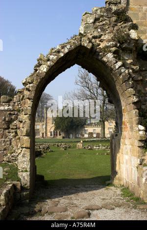 Ruine von einem Torbogen neben dem Hauptschiff der Bolton Abbey Ruinen in den Yorkshire Dales. England. - Stockfoto