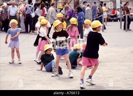 Paris Frankreich Gruppe von jungen französischen Kinder auf die Schule pädagogische Reise tragen gelbe Hüte außerhalb - Stockfoto