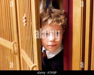 Junge (4-7) versteckt im Spind, Nahaufnahme