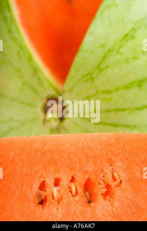 Nahaufnahme einer ganze Wassermelone mit einem Stück ausschneiden. - Stockfoto
