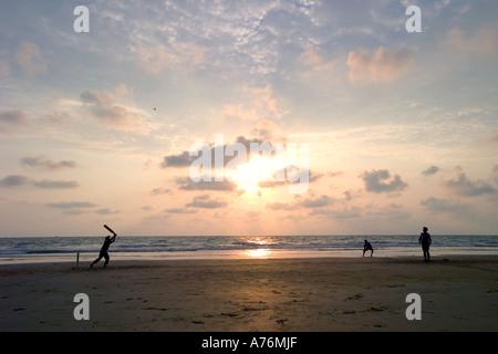 Indische Kinder Fussball am Strand bei Sonnenuntergang in Goa. - Stockfoto
