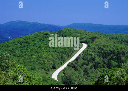WICKLUNG TALIMENA SCENIC DRIVE DURCH OUACHITA NATIONAL FOREST SCENIC BYWAY, EASTERN OKLAHOMA. ENDE DES SOMMERS. - Stockfoto