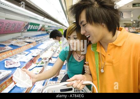 Teenager-paar Einkaufen im Supermarkt - Stockfoto