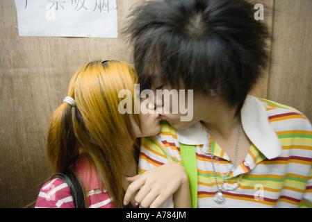 Teenager-Paar küssen - Stockfoto