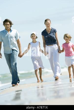 Familie gehen Hand in Hand am Strand - Stockfoto