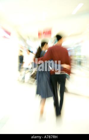 Paare, die durch Shopping-Mall, verschwommen Rückansicht, Ganzkörperansicht, Bewegung - Stockfoto