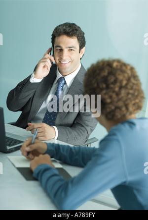 Geschäftsmann und leger gekleidet jungen Mann treffen, Mann mit Handy - Stockfoto
