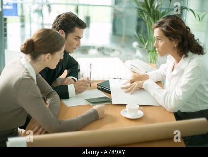 Reife Architektin im Gespräch mit Kunden - Stockfoto