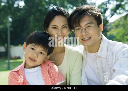 Familie, lächelnd in die Kamera, Porträt - Stockfoto